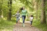 мама с детьми на прогулке