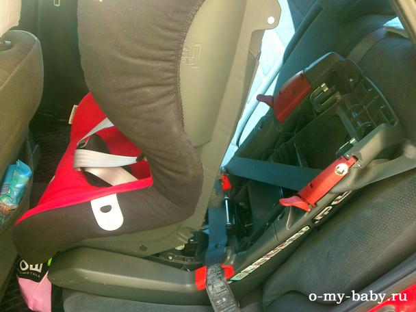 Надёжный способ крепления на заднее сиденье автомобиля с помощью штатных ремней безопасности.