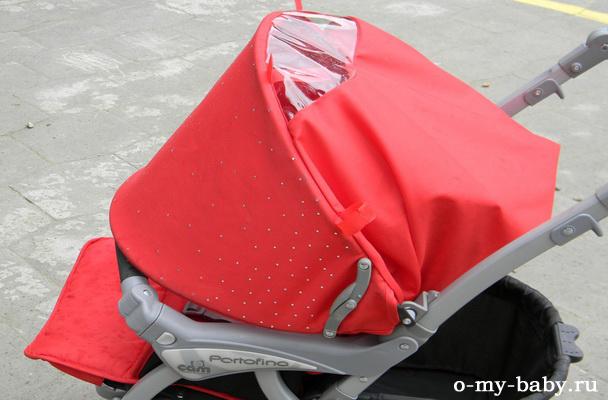 Капюшон удобно опускается и защищает ребёнка во время дождя.