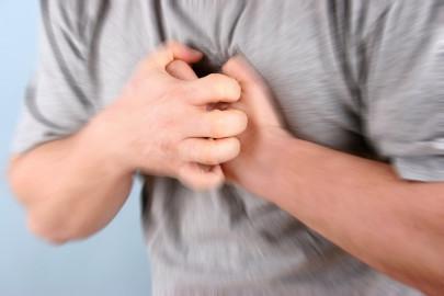 человек держится руками за грудь