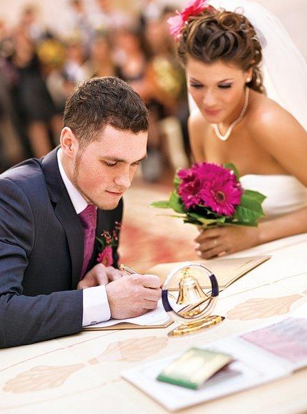 ae86ce1b157343 Якщо уві сні він бачить весільний кортеж — це попередження, що незабаром  хтось із близьких зашкодить йому. Коли ж він бачить підготовку до цього  заходу ...