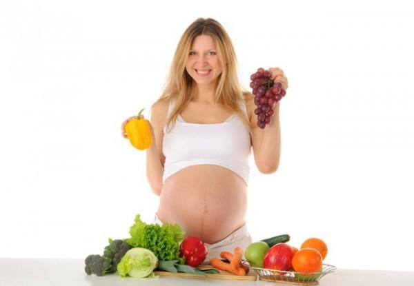 Будущая мама решает, что нельзя есть беременным, что можно