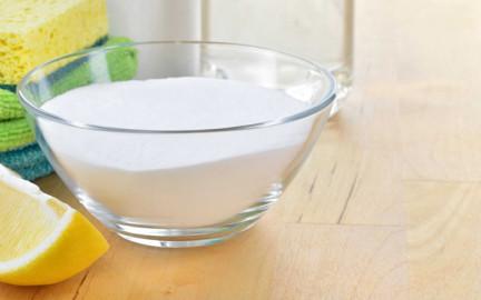 сода в прозрачной тарелке и долька лимона