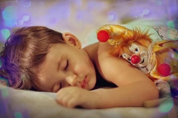расскажите ребенку о том, что его любимая игрушка уснет вместе с ним