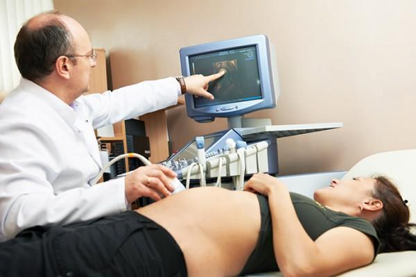 Врач делает УЗИ беременной