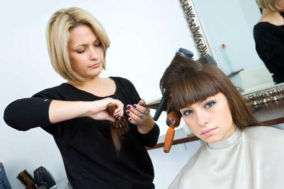 Молодая женщина в парикмахерской