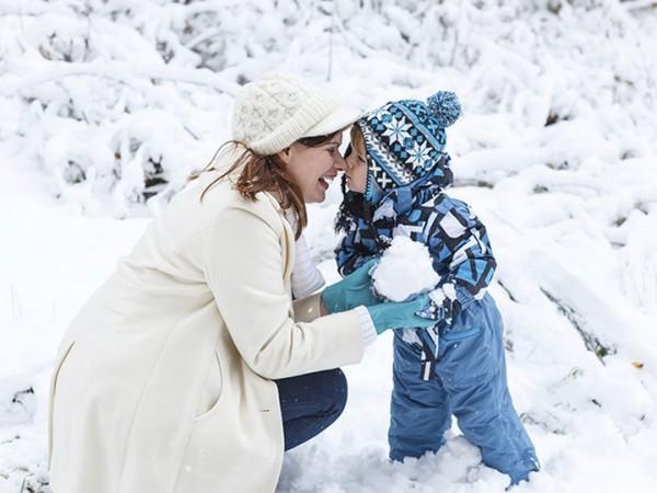 Мама и малыш зимой на прогулке