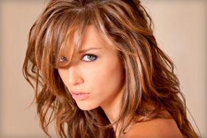 Растяжка цвета на темных волосах калифорнийским мелированием