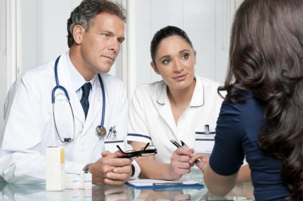 Врачи беседуют с пациенткой