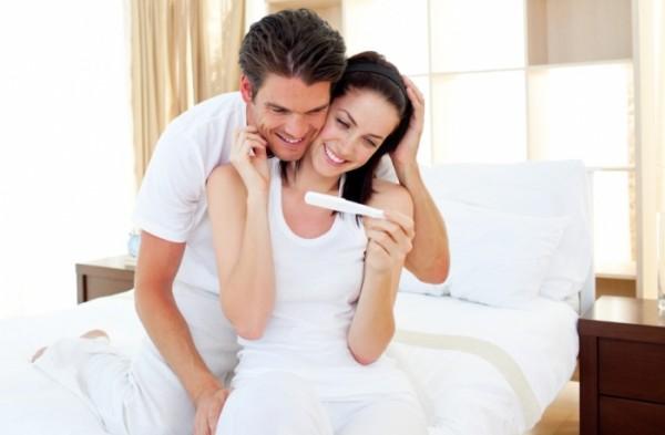 Молодая пара радуется скорому пополнению в семействе