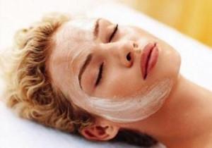 Подтягивающая маска для лица с крахмалом, белком и кефиром