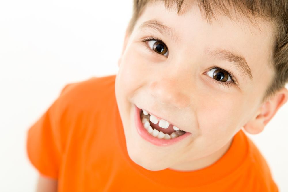 Нарушение осанки у детей – это изменение физиологической конфигурации позвоночника из-за структурных и функциональных нарушений в опорно-двигательной системе. Эта проблема ведёт к множеству неприятных последствий, которые с возрастом всё тяжелее исправить
