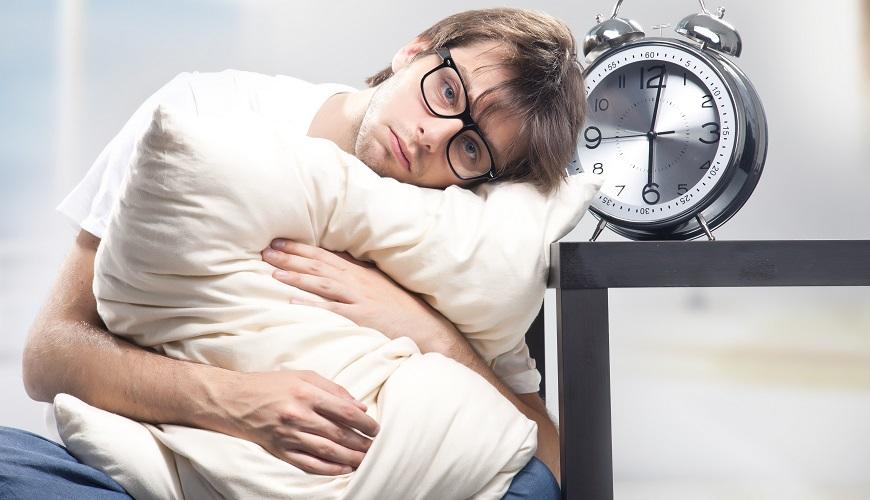 Бессонница – это расстройство сна, при котором человек не может выспаться. При этом сон становится непродолжительным или неглубоким.