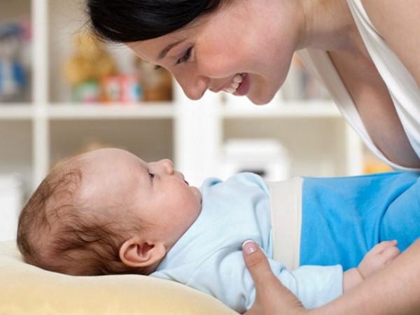 Мама улыбается своему малышу