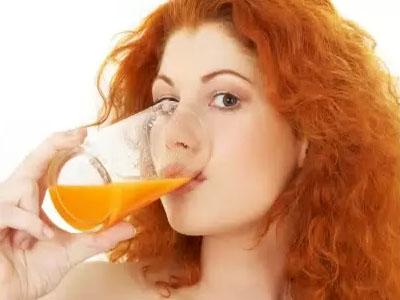 девушка пьет сок