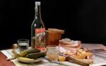 водка и закуска на столе