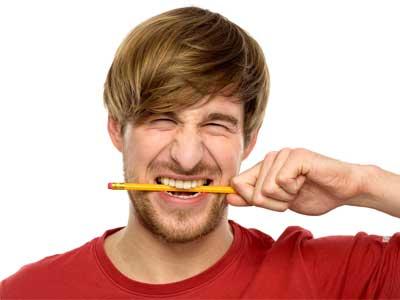 карандаш в зубах