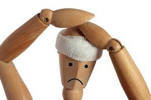 марионетка с перебинтованной головой