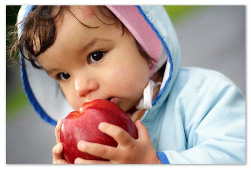 Мальчик с яблоком