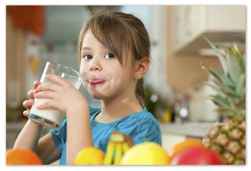 Девочка пьёт молоко.