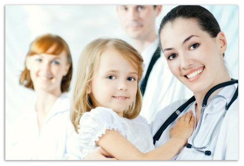 Девочка на руках у доктора.