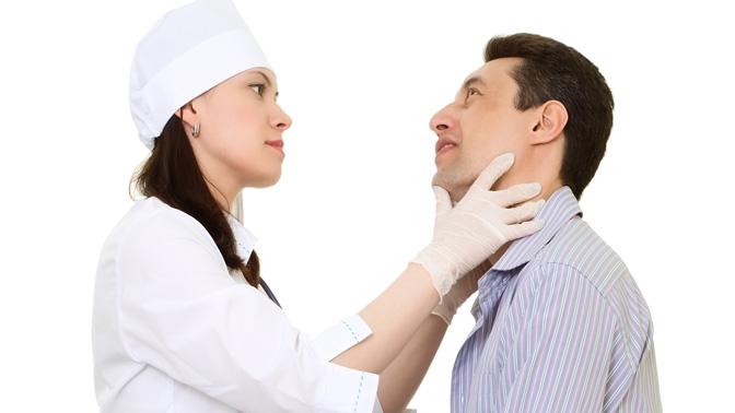 врач обследует мужчину