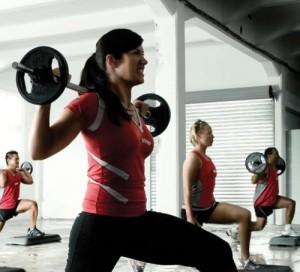 фитнес девушка со штангой тяжело