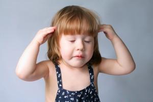 у девочки болит голова