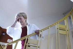 головокружение женщина на лестнице