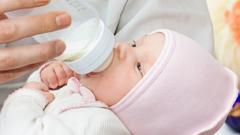 Как кормить из бутылочки новорожденного?