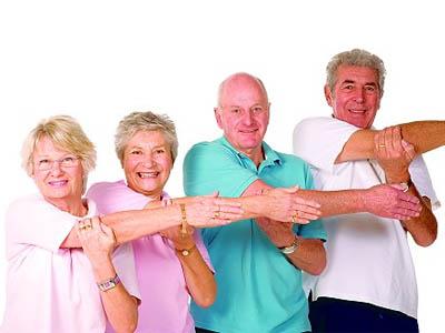 пожилые делают зарядку