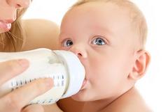 Когда нужно отучать малыша от бутылочки?