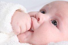 Как отучить грудного ребенка сосать палец?