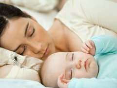 Как правильно укладывать новорожденного спать?