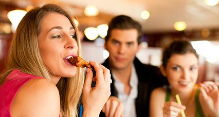 Как предотвратить переедание: готовимся к праздникам правильно