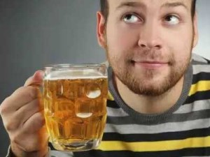 мужчина с кружкой пива