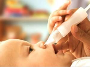 отсасывание слизи из носа грудничка