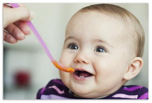 Ребенок кушает пюре.