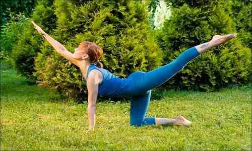 Лечебную гимнастику может проводить физиотерапевт или кто нибудь из близких