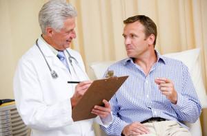 врач опрашивает мужчину