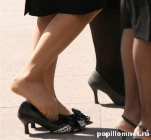 Фото женских ног к статье о сухих мозолях