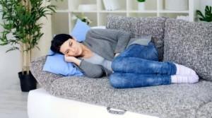 лежит на диване недомогание