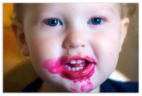 Ребенок кушал свёклу.