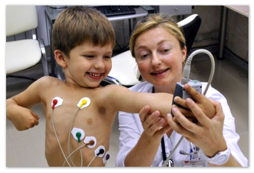 Мальчик и врач на кардиограмме