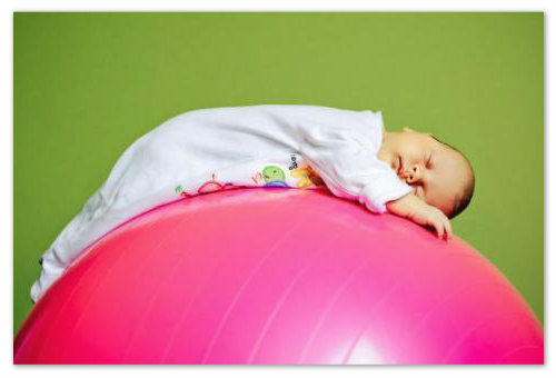 Малыш спит на фитболе