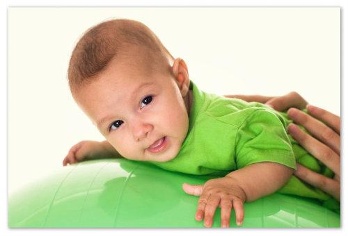Покачивание малыша на мяче