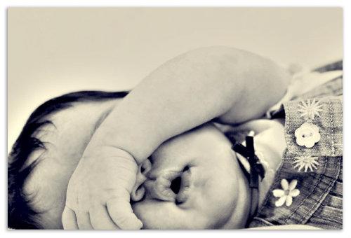 Малышка спит.