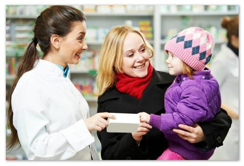 Мама и дочка в аптеке.