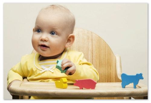 Ребенок с игрушками.