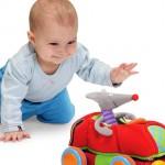 Ребёнок играет с мягкой игрушкой